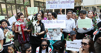 More than 100 people gather at Thammasat University to give support to the Nitirat group on March 1, 2012. (Photo by Apichart Jinakul)