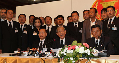 Surawit Khonsomboon, a Pheu Thai Party MP, left, Kri Arthitkaew, a Kamphaeng Phet senator, and Amnuay Khlangpa, a Pheu Thai PM for Lop Buri, hold a press conference in parliament against the Constitution Court on Nov 19, 2013.
