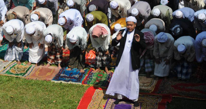 Muslims offer prayers as they gather against violence after three children were killed in an attack carried out by suspected separatist militants, in Narathiwat on Feb 7, 2014. (AFP photo)