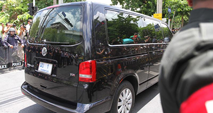 A van carrying Yingluck Shinawatra arrives at the Royal Army auditorium as the former prime minister reported to the National Peace and Order Maintaining Council on Friday.