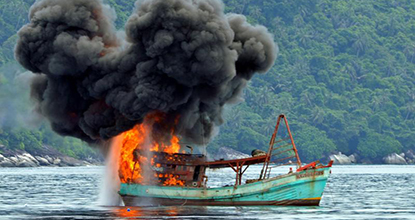A Vietnamese fishing boat is left in flames after the Indonesian navy caught its crew fishing illegally on Dec 5, 2014, off remote Anambas Island. (AFP photo)