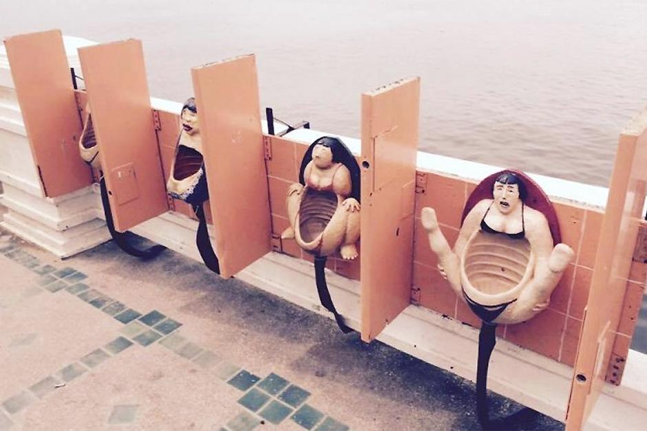 пляж деревянный туалет девушки этим