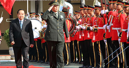 Defence Minister Prawit Wongsuwon leads his Chinese counterpart Chang Wanquan to view a guard of honour at the Defence Ministry during his visit to Thailand on Feb 6. (Photo by Apichart Jinakul)
