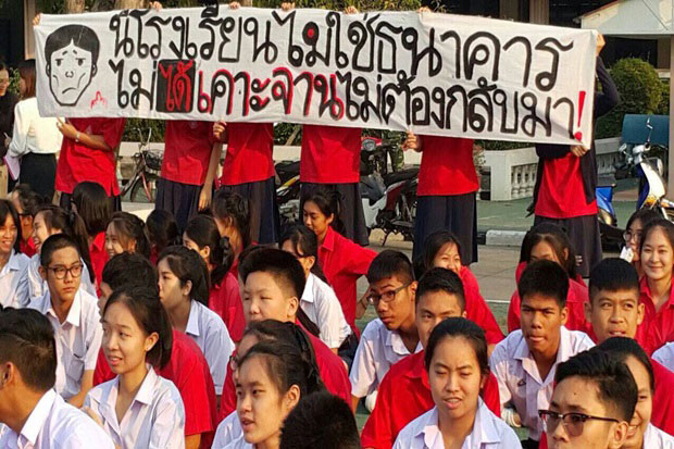 Satriwitthaya 2 students protest against the return of the school director on Feb 11. (Photo by Pattanapong Hirunard)