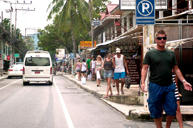 Foreign tourists went shopping at shops along Chaweng beach in Surat Thani in January last year. (Bangkok Post file photo)