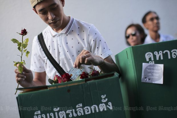 A demonstrator casts a ballot in a mock poll as part of a demonstration to demand the restoration of democracy at the Bangkok Art & Culture Centre on Feb 14, 2015. (Photo by Patipat Junthong)