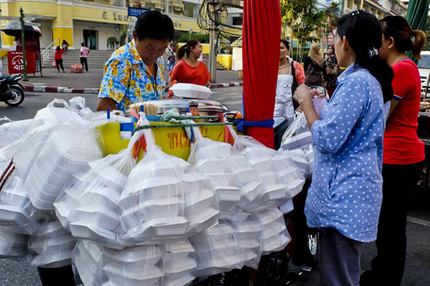 A food vendor is busy selling food to customers in Bangkok. The Bank of Thailand has said there is a growing probability that headline inflation may miss its target because of lower oil prices. (Bangkok Post file photo)