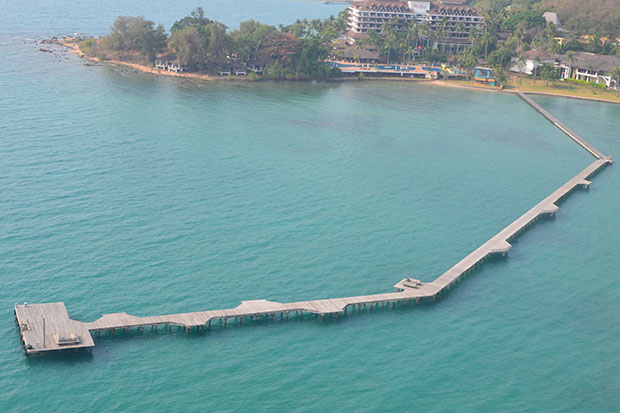 A 380-metre-long bridge pier, illegally encroaching into the sea, was built by Rayong Resort, a luxury resort hotel in eastern Rayong province. (Photo by Jumpol Nikomrak)