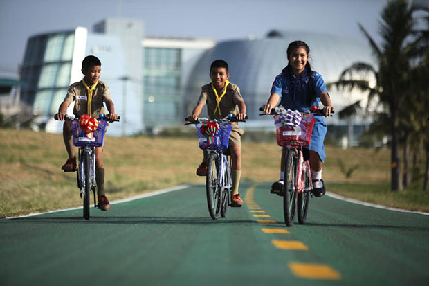 Students enjoy biking along the bike lane at Suvarnabhumi airport. Another route for bikers will be launched by the Expressway Authority of Thailand next month. (Photo by Patipat Janthong)