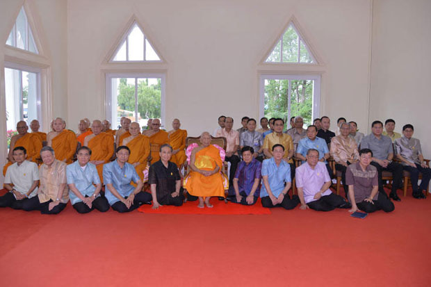 Cabinet ministers pose for photograph with the Supreme Sangha Council in September 2014. Prime Minister Prayut Chan-o-cha confirms the council has full authority in rulings on monks' issues. (Government House photo)