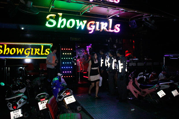 Police rush to the Showgirls bar in Pattaya after being alerted about an assault involving three foreign tourists and security guards in the early hours of March 4. (Bangkok Post photo)
