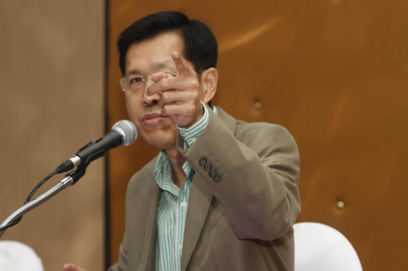 The Pheu Thai Party issued a statement co-written by Pongthep Thepkanchana (above) and Chusak Sirinil criticising the draft charter. (Photo by Kosol Nakachol)