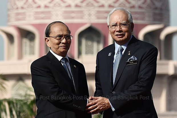 Malaysian Prime Minister Najib Razak (right) shakes hands with Myanmar President Thein Sein during a welcoming ceremony at the Prime Minister's office in Putrajaya on Friday. (AFP photo)