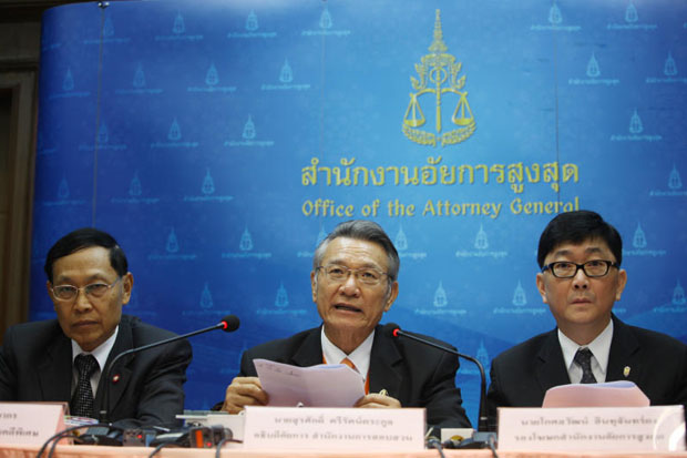 Surasak Trirattrakul, centre, the public prosecution's director-general for interrogation, leads a press conference at the Office of the Attorney General in Bangkok after bringing the fake G2G rice deal case against former commerce minister Boonsong Teriyapirom to the Supreme Court on Tuesday. (Photo by Tawatchai Khuemgumnerd)