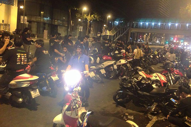 Angry bikers gather in front of the office of TV Channel 3 on Rama IV Road in Bangkok on Tuesday night in a show of force to demand justice for Nares Rojboonsongsri, who was allegedly shot dead by a policeman in Chon Buri. (Photo by Facebook TrueStoryThai)