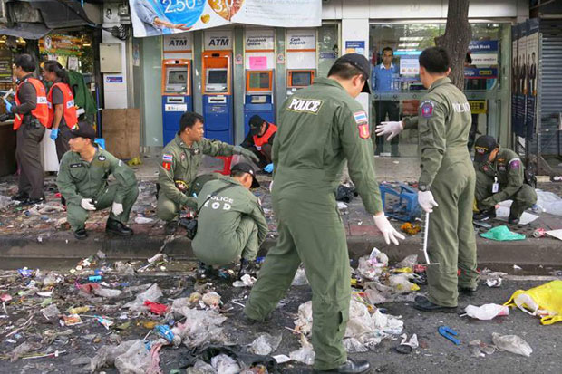 Forensic and bomb disposal experts sift through the debris at the bomb blast site on  Ramkhamhaeng Soi 43/1 on May 26, 2013.(Bangkok Post file photo)