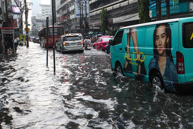 The flood in Asok Montri road after the heavy downpour in Bangkok. (Photo by Nattapol Lovakij)