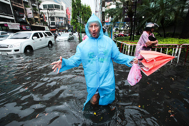 Much of inner Bangkok was left flooded, and  many shops inundated, after a fierce storm hit the capital on Tuesday afternoon, and the prime minister wants to know why the drains could not handle the deluge. (Bangkok Post photo)