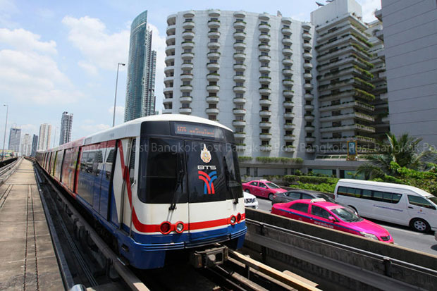 Construction contracts for the BTS Green Line extension were signed on Friday, promising easier travel right across the city between Samut Prakan and Pathum Thani. (Bangkok Post file photo)