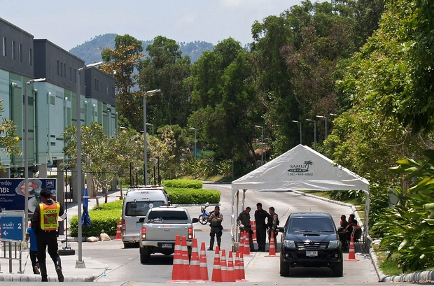 Police officers man a checkpoint outside the Central Festival shopping mall on Koh Samui a day after a bomb packed inside a stolen pickup truck exploded in the car park. (AFP Photo)