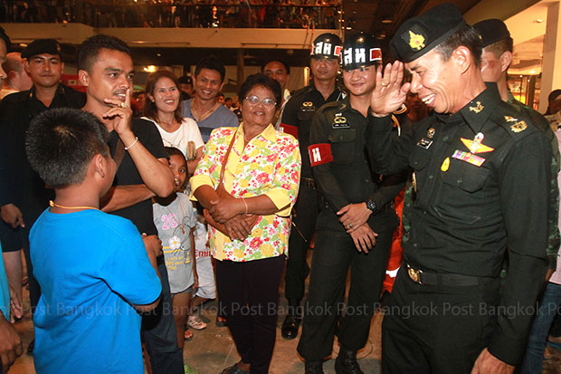 Maj Gen Kuarkul Innachak, chief of the Surat Thani army, visits Central Festival Samui on Monday to boost confidence for tourists and locals after the car bomb at the mall. (Photo by Thanarak Khunton)