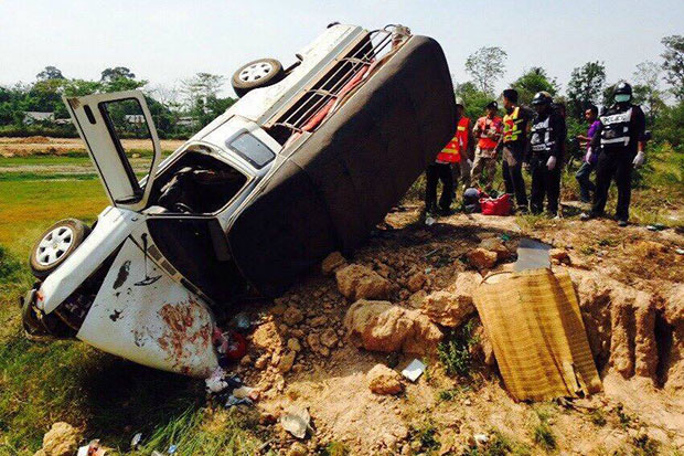 This songthaew pickup truck overturned in Surin, killing one person and injuring 17 others on Wednesday afternoon. (Photo by Nopparat Kingkaew)