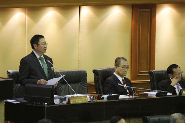 Constitution Drafting Committee chairman Bowornsak Uwanno (standing) defends the draft charter at meeting of the National Reform Council on Monday. (Photo by Apichart Jinakul)