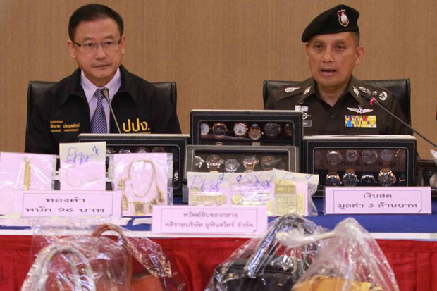 Assistant police chief Suwira Songmeta, right, elaborates on the billions of baht in damages caused by the Ufun pyramid scheme at a press conference in Bangkok on Tuesday. He is accompanied by Sihanat Prayoonrat, secretary-general of the Anti-Money Laundering Office. (Photo by Somchai Poomlard)