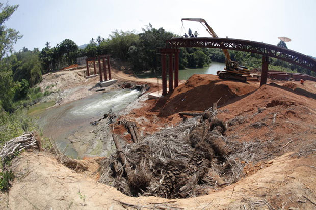 A Thai firm constructs a bridge as part of the road link to Thailand via Phu Nam Ron in Kanchanaburi in March 2013. (Bangkok Post file photo)