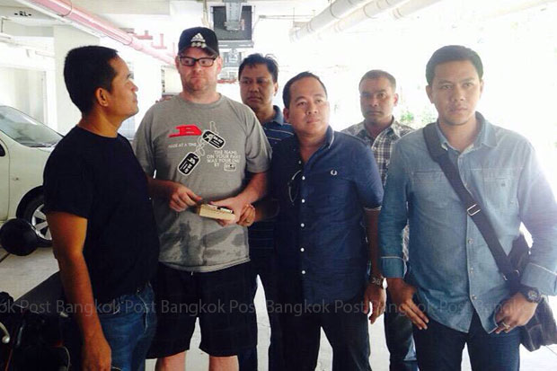 Paul Joyce (second left) is arrested in Hua Hin on Wednesday after fleeing tax-evasion charges in the UK. (Photo by Wassayos Ngamkham)