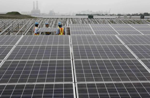 Workers set up a solar panel at a solar power field in Kawasaki, near Tokyo in this June 27, 2011 file photograph.(Reuters photo)
