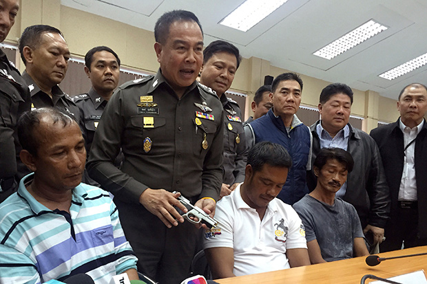 Gen Somyot Pumpunmuang, second from left, holds a pistol seized from one of the three suspects believed to be involved in the human-trafficking network during a press conference in Hat Yat on Monday. (AP photo)