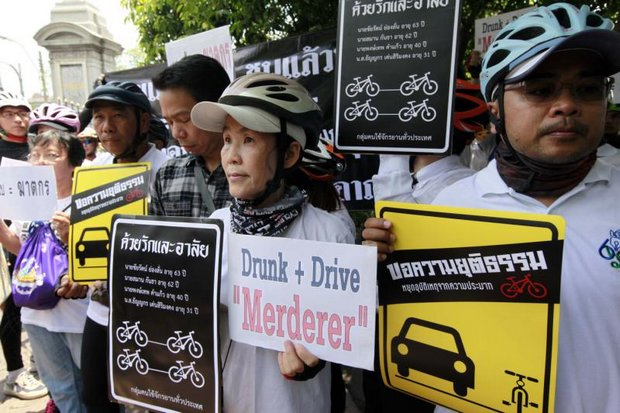 About 70 cyclists turned up to protest and petition Interior Minister Anupong Paojinda for safer roads and better justice for accident victims. (Photo by Apichart Jinakul)
