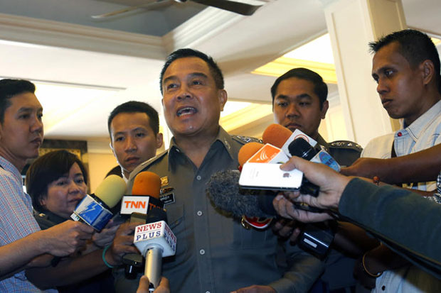 National police chief Pol Gen Somyot Pumpunmuang talks to reporters before a meeting on human trafficking at police headquarters on Friday. He and the prime minister both played down the raid by soldiers on the Special Branch on Thursday as