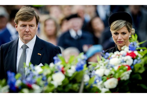 Dutch King Willem-Alexander (left) and Queen Maxima attend the National Remembrance ceremony at the National Monument on Dam Square in Amsterdam, on May 4, 2015. (AFP photo)