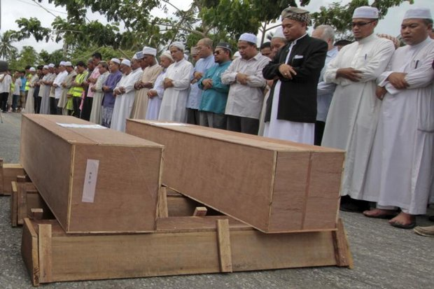 Songkhla villagers provide a Muslim funeral and burial for unknown Rohingya found in mass graves left behind by traffickers in the South. (Reuters photo)