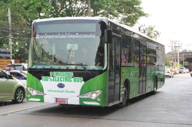 Loxley Plc showed off this zero-emission electric bus made in China in a Bangkok demonstration in March. (Photo by Kosol Nakachol)