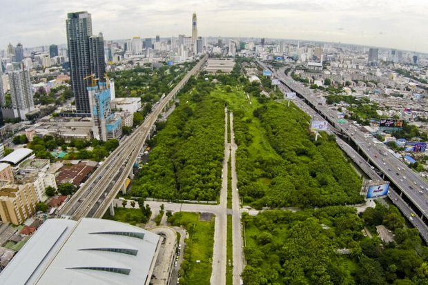 The Treasury Department is calling in the country's biggest property developers to portion out this 479-rai Makkasan green area near the Airport Link, lower left. (Photo by Krit Promsaka Na Sakolnakorn)