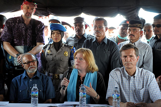 US Assistant Secretary of State Anne Richard (centre) is accompanied by Aceh culture director Malik Mahmud (left) and US Ambassador Robert Blake (right) as she delivers her statement after meeting Rohingya migrants from Myanmar and Bangladesh during a visit to the confinement camps for Rohingya and Bangladesh migrants in Kuala Cangkoi in Indonesia's Aceh province on June 2. (AFP photo)