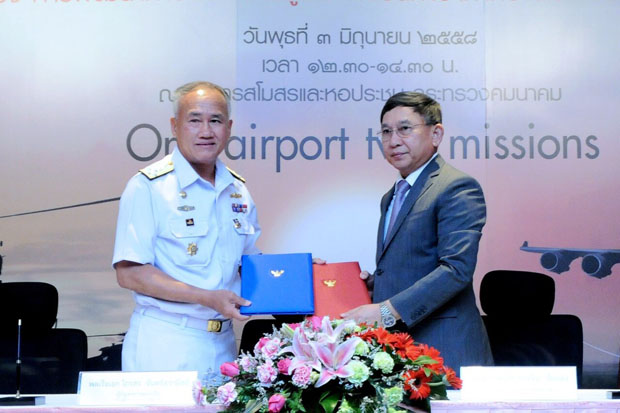 Navy chief Adm Kraisorn Jansuwanit (left) exchanges copies of the agreement to upgrade U-Tapao airport with Transport Minister ACM Prajin Juntong at the Transport Ministry on Wednesday. (Photo by Amornrat Mahitthirook)
