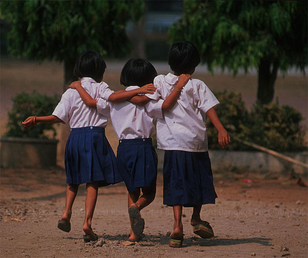 Three rural girls at play after school. Thailand's latest survey on students' IQs shows great disparity between rural and urban students, but increasing school hours may harm the kids even more. (Photo by Somkid Chaijitvanit)