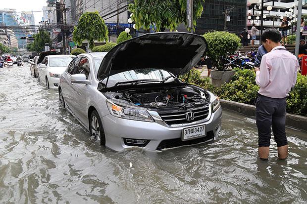 A driver's call stalls in heavy flooding in Bangkok Monday. (Photo by Narupon Hinshiranan)