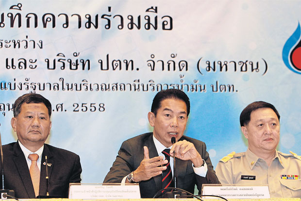 Maj Gen Apirat Kongsompong (left), chairman of the Government Lottery Office board, and Rungson Sriworasat (right), finance permanent secretary, said they have agreed to investigate the top lottery ticket sellers over unpaid taxes on sales of lottery tickets for more than 80 baht. (Photo by Tawatchai Kemgumnerd)