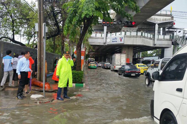 Heavy downpours cause flooding on Sukhumvit Road under the Bearing electric train station in Bang Na district, Bangkok, Wednesday morning. (Photo from Bangkok governor MR Sukhumphan Paribatra's Facebook page)