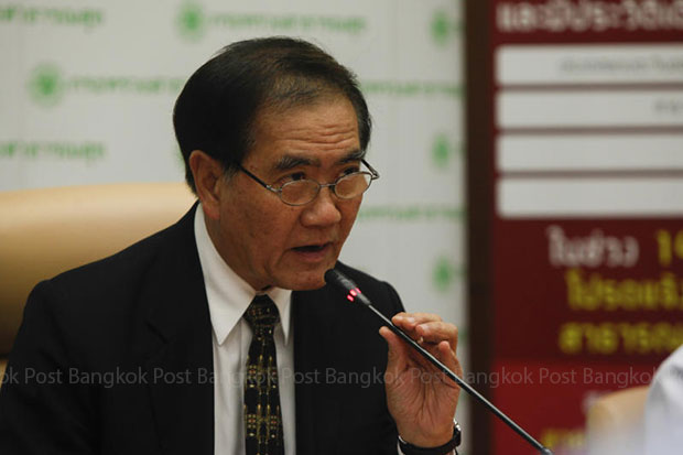 Public Health Minister Rajata Rajatanavin holds a press conference at the Public Health Ministry on Thursday to confirm the first Mers case. (Photo by Pattarapong Chatpattarasill)