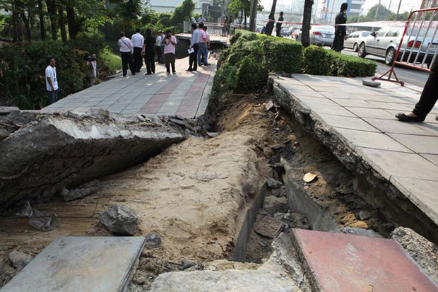 This section of a footpath on Rama III Road near Khlong Bang Khlo collapsed after land beneath it subsided in April 2012, after years of erosion along the banks of the canal. (Bangkok Post file photo)