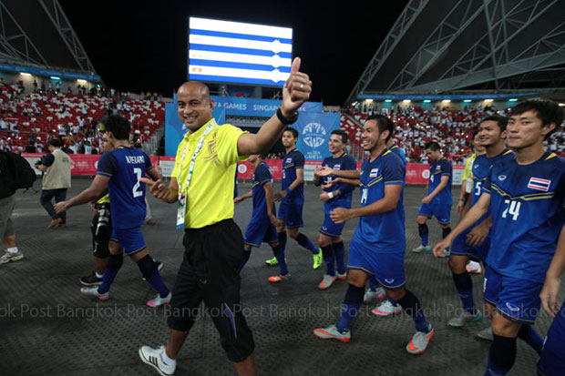 Thai players celebrate after beating Myanmar in the SEA Games final. (Photo by Chanat Katanyu)