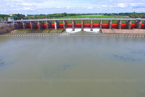 The water level in the Chao Phraya River dam reached crisis point on Sunday. (Photo by Chudate Seehawong)