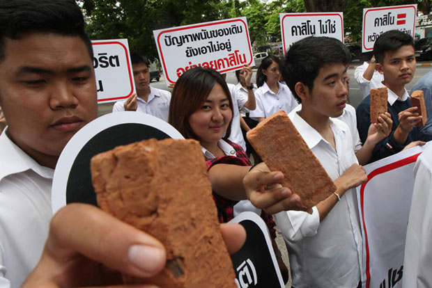The youth networks protest against the initiative to legalise the establishment of casino in Thailand at the parliament on June 18, 2014. (Bangkok Post photo)