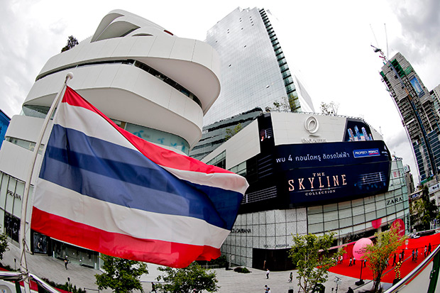 The Thai national flag is seen in front of a newly opened luxury shopping mall in Bangkok June 24. Despite having already a number of high-end shopping malls, new luxury outlets continue to open in the capital, with more expected to be built. (EPA photo)